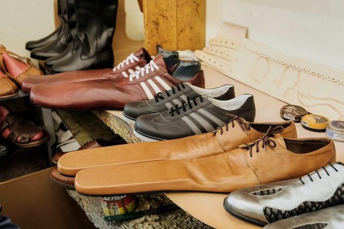 Румын улсын гуталчин хүмүүсийг хооронд нь зай бариулахын тулд 75 размерын гутал хийж байна (фото 3)