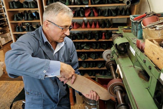 Румын улсын гуталчин хүмүүсийг хооронд нь зай бариулахын тулд 75 размерын гутал хийж байна (фото 2)