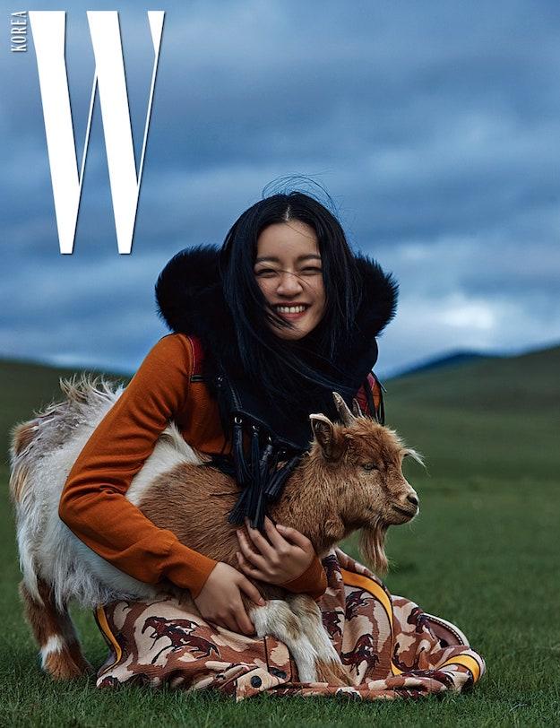 Солонгосын W сэтгүүл аравдугаар сарын дугаарынхаа зураг авалтыг Монгол улсад хийлээ (фото 3)
