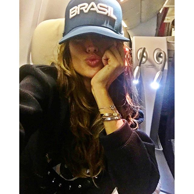 Bye bye Paris..Night night everyone...kisses   Fasten your seat belt... Next stop?! Tchau Tchau Paris... Boa noite galera...beijos  #enroute #inflight #nextstop #goodnight #sweetdreams