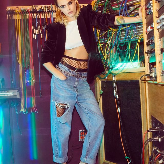 These jeans are one of my favorite pieces from the new @nastygal holiday collection that dropped this week - so comfortable but cut out in the right places. Hope you all are enjoying #NastyGalftCaraDelevingne !!